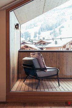 Stylisches Möbeldesign mit klaren Linien aus hochwertigen Materialien. Innenarchitektur Design geht klar Richtung Natur – Holz, Stein, Wolle. Feine Farbwahl und kreatives, schlichtes Deko ist Wohntrend. Hochwertige Ausstattung der Balkone und Terrassen. Berghotel Architektur von Studio WG3 und Interior Design. Klicke auf Link zum weiteren Hotelprojekt. Foto: Heldentheater.at #berghotelarchitektur, #studiowg3, #RiesProDesign Barcelona Chair, Lounge, Link, Furniture, Home Decor, Porches, Stone, Wool, Interior Designing