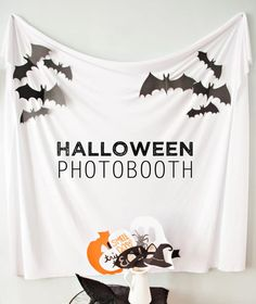 10 FUN Halloween Games and Activitiy Ideas - Fabulessly Frugal - - Got a Halloween party coming up? These fun Halloween games and activities are perfect for a party for families, kids, or even adults! Halloween Tags, Halloween Fotos, Diy Halloween Party, Halloween Games For Kids, Kids Party Games, Halloween Birthday, Holidays Halloween, Halloween Cupcakes, Fun Games