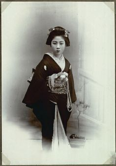 "GEISHA (""GEIKO"") -- Professional entertainers attending guests during meals, banquets, & other occasions. Trained in traditional Japanese arts (e.g. dance & music) & in the art of communication. _____________________________ Reposted by Dr. Veronica Lee, DNP (Depew/Buffalo, NY, US)"