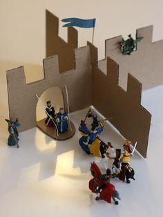 Nous n'avons pas de château et quand on a offert de petites figurines de chevaliers, roi, reine, dragon à mon fils, j'ai rapidement créé un château de carton. Un pont-levis, un drapeau, il n'en faut pas beaucoup plus pour jouer à sauver la princesse ! Instructions Vous pouvez utiliser un seul morceau de carton pour créer ce château: dessinez des créneaux vers le milieu du carton et coupez avec un cutter. Ensuite, taillez une fente sur chaque morceau: une fente en bas sur l'un des morceaux…