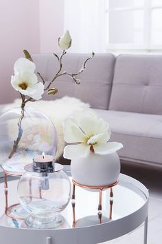 In this look, the graceful magnolia meets the trendy ball vase, creating a clean look.