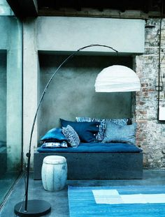 Modern blue and white living room with exposed brick and concrete walls Pretty Things, Azul Indigo, Indigo Blue, Blue And White Living Room, Original Design, Deco Boheme, Interior Decorating, Interior Design, Design Room
