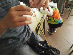 Primer día:  Para que el objeto, en este caso un estuche, rebotara necesitábamos atar elásticos.