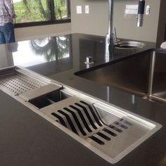detalhe de uma cozinha que amamos projetar, ficou tão linda!!!! Esse escorredor de louças embutido ficou um charme!!! #ArquiteturaidEA #projetoCompleto ((detalhe do sócio no fundo, de olho em tudo !! Kkkk))