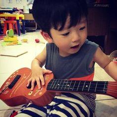 Little guitar player Chanbaek, Baekyeol, Mentor Of The Billion, Ulzzang Kids, Wise People, Korean Babies, Girl Couple, Baekhyun Chanyeol, Jikook