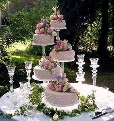 Vários bolos – Wedding Cakes With Cupcakes Wedding Cake Display, Wedding Cake Stands, Amazing Wedding Cakes, Wedding Cake Decorations, Elegant Wedding Cakes, Wedding Cake Designs, Pretty Cakes, Beautiful Cakes, Fountain Wedding Cakes