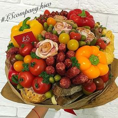 be funny and creative Edible Bouquets, Edible Flowers, Food Bouquet, Edible Arrangements, Fruit And Veg, Bridal Flowers, Food Gifts, Diy Projects To Try, Food Design