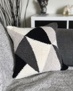 Finally transformed my first punch needle project into a pillow! /// J'ai finalement transformé mon Boho Cushions, Diy Pillows, Needle Cushion, Punch Needle Patterns, Latch Hook Rugs, Craft Punches, One Punch, Punch Punch, Geometric Pillow
