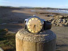 En 1948 Omega lanza al mercado el primer Seamaster. La estética de estos modelos era propia de un reloj de corte clásico: caja redonda y estilizada, cristal de plexiglás y pulseras de piel.