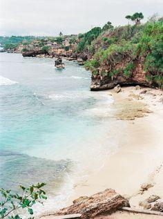 Bali est un endroit qui regorge de sites naturels magnifiques. Ville idéale pour le surf et autres sports de glisse elle est aussi réputée pour avoir des plages magnifiques. #Bali #Beach #holidays