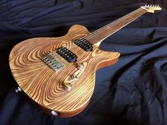 The Highline Guitar's Osiris Standard Carve Top six string guitar offered here was made by luthier Chris Monck at his shop near the foot of the Rocky Mountains in Colorado, USA. To build his guitars, Chris relies on both CNC technology as well as traditional hand building techniques. When he isn'...