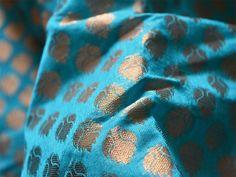 Cette liste est pour 1 yard Chanderi soie en bleu turquoise avec motifs tissés Zari partout. Le tissu est légèrement pure. Vous pouvez utiliser ce tissu pour faire des robes, tops, Crafting,...
