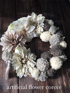 こちらは上質なアートフラワー(造花)を使用して制作しております。お花はダリアとバラを使用し、毛糸のボールオーナメントをたくさん入れて作りました。アクセントにグレーのタッセルを入れました。グレーとベージュの淡い色合いが大人可愛いリースです。クリスマスだけで...