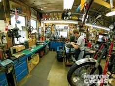 Garage Motorcycle Shop More Impressive Motorcycle Garages Eindrucksvolle Motorrad-Garagen Garage-Motorrad-Shop Mehr Garage Shed, Garage Bar, Man Cave Garage, Diy Garage, Garage Workshop, Dream Garage, Workshop Ideas, Motorcycle Workshop, Motorcycle Shop