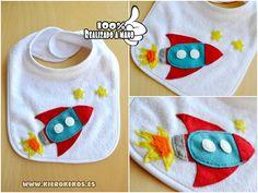 Babero realizado en fieltro , personalizable con el nombre del niño.  www.kierokekos.es