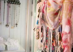 Detaljbild på sjalen från Chica London.