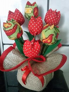 Feito em Juta e tulipas de tecido 100% algodão. Pode ser usado como centro de mesa e objeto de decoração. R$ 18,00