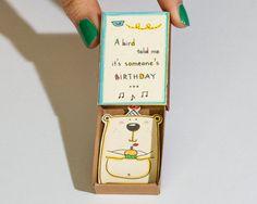 """Lustige Geburtstagskarte Matchbox / Grußkarte / Geschenkbox / Cupcake Bear """"ein Vogel sagte mir es jemand Geburtstag"""""""