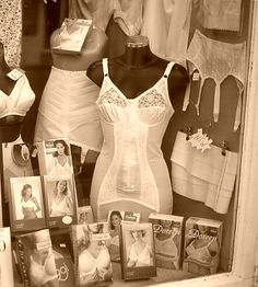 Dieses Foto wurde vor kurzem in Spanien aufgenommen, einer der letzten Bastionen der traditionellen Triumph Mieder…. This photo was taken recently in Spain, one of the last bastions of traditional Triumph corsetry. Vintage Girdle, Vintage Corset, Classy Lingerie, Retro Lingerie, Corset Outfit, Full Figured Women, Cool Girl, Women Wear, Shop Displays