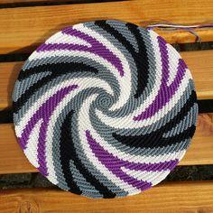 Stunning crochet piece!! (The blogpost is in German: Heikeshäkellust: Wayuu mochila III (Boden)