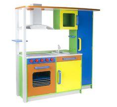 Cocinita de madera de vivos colores. Está equipada con horno, fregadero, campana extractora, mandos giratorios y armarios.