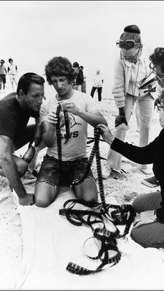 "Steven Spielberg y Roy Scheider ""liados"" con  el film de ""Tiburón""  -- love the Spanish caption  ----   (JAWS behind the scenes shot...)"