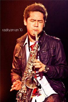 Dennis Junio jammin' with his saxo~