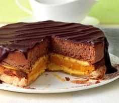 Tripla torta alla crema ricoperta di cioccolato