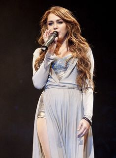 So blessed to have been able to see miley on her wonder world tour back in 2009. Absolutely stunning. Love the hair, makeup, outfit, this picture screams gorgeous. The peak of her fame, right here.