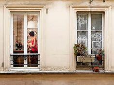 """La photographe américaine basée à New York Gail Albert Halaban a installé ses valises à Paris pour réaliser cette série intitulée """"Paris View"""", série dans laquelle elle photographie des appartements, bureaux et autres commerces parisiens dans plusieurs quartiers de la ville. Du voyeurisme à travers les fenêtres de Paris"""