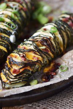 Hasselback Zucchini mit Cheddar und Bacon - eignen sich auch als Abendessen, wenn man nur was kleines möchte...