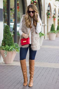jeans + tricot claro + colete pelo + bolsa vermelha