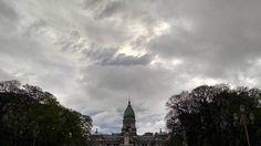 Un día gris que se va. #atardecer #instapics #NoFilter #sunset #sky #ciel #clouds #nuages #rain #rainyday #cupula #architecture #arquitectura #buildings #batiments #historique #history #contrastes...