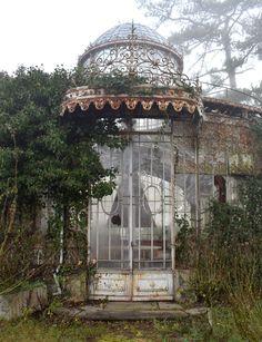 Glauque Land > L'Orangerie dans la Brume Abandoned Places, Gazebo, Nature, Castle, Tropical, Outdoor Structures, Halles, Architecture, House Styles