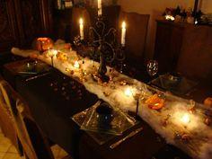 Déco de table avec chemin de table en fausse toile d'araignée, chandelier noir et petites lumières
