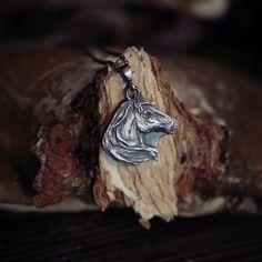 Wisior koń ze srebra. Wisiorek z koniem symbolizującym podróż przez ludzką naturę będzie idealny dla fanów jeżdziectwa i dzikich mustangów!