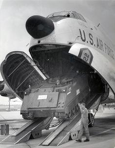Douglas C-124 Globemaster II del 165th MAG (Military Airlift Group) della Georgia ANG scarica un veicolo corazzato M113 durante l'emergenza maltempo nell'inverno 1973.