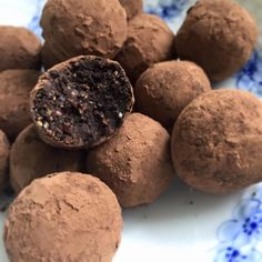 Nutellakugler – Helene Sprogoe Healthy Christmas Treats, Delicious Desserts, Yummy Food, Raw Cake, Danish Food, Recipes From Heaven, Healthy Sweets, Candy Recipes, Fun Recipes