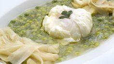 Karlos Arguiñano prepara una receta de guisantes con espárragos blancos salteados y huevo flor.