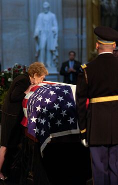 """( 2016 † IN MEMORY OF """"President Reagan's Funeral ) - † Ronald Wilson Reagan - Monday, February 06, 1911 - 6' 1'' - Tampico, Illinois, USA. Died: Saturday, June 05, 2004 (aged of 93) - Bel Air, Los Angeles, California, USA - (pneumonia and Alzheimer's disease) † NANCY REAGAN (Anne Frances Robbins - Wednesday, July 06, 1921 - 5' 4'' - New York City, New York, USA. Died: Sunday, March 06, 2016 (aged of 94) Los Angels, California, USA - (congestive heart failure) """"Pete Souza Photography."""""""