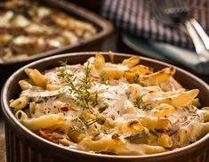 Cukkinis, sajtos rakott tészta receptje - Recept   Femina Thai Red Curry, Potato Salad, Macaroni And Cheese, Potatoes, Ethnic Recipes, Food, Velveeta Macaroni And Cheese, Greedy People, Recipe