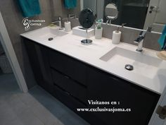 Reforma de baño integral en chalet adosado en Tres Cantos. Cerámica de Roca. Sanitarios de Roca modelo Meridian a suelo con cisterna integrada de Geberit con pulsador Sigma blanco. Plato de ducha extraplano textura pizarra de medidas 1930mm x 700mm al mismo nivel del suelo. Grifería de hidromasaje integrada en pared de la firma Griferías Tres con caño cascada. Mampara de ducha de 10mm de Spazia. Mueble de baño a medida en color gris marengo alto brillo con encimera Durian con lavabo…
