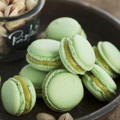 Pistazien sind botanisch gesehen Steinfrüchte. In diesen wunderbar lindgrün gefärbten Macarons kommt ihr Aroma bestens zur Geltung.