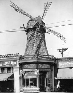 Van de Kamp's bakery building in Los Angeles in 1928, designed by Hollywood art director, Harry Oliver. The windmill served as the company's logo.