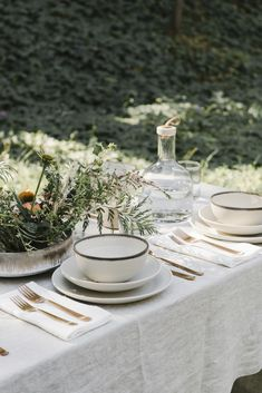 Fashion designer-turned-homeware maven Jenni Kayne just launched her first-ever dinnerware collection, and it's full of chic, classic pieces minimalists in particular are sure to love. Deco Table, Decoration Table, Minimalist Decor, Outdoor Dining, Tablescapes, Perfect Wedding, Dinnerware, Table Settings, Place Settings