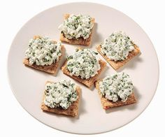 Cheese & Crackers: cup low-fat cottage cheese 1 tablespoon fresh chopped chives 6 whole grain crackers Diet Snacks, Savory Snacks, Healthy Snacks, Healthy Eating, Healthy Recipes, Diet Foods, Healthy Fats, Clean Eating, 150 Calorie Snacks