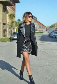 trench coat + saia cinza + blusa preta