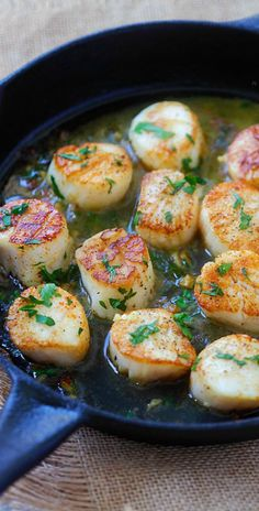 Garlic Scallops – fresh, succulent scallops sauteed with garlic, butter, white wine and parsley. Easy recipe that takes only 15 mins! | rasamalaysia.com