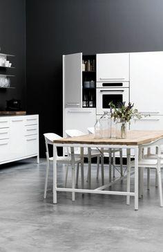 jolie cuisine de couleur gris avec meubles blancs
