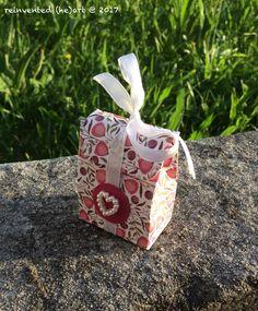 Por vezes, os miminhos são tão pequeninos no exterior, mas recheados de amor. Mini-caixa de oferta: 5 x 4 x 2,5 cm. Some times, the cuddles are so tiny on the outside, but filled with love. Mini gift box: 5 x 4 x 2.5 cm.